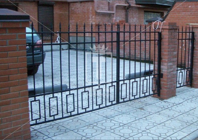 Металлические ворота со штампованными пиками и прямоугольниками (Арт. 090)