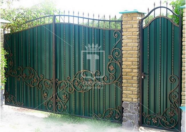 Зеленые ворота с вьющимся рисунком и штампованными цветочками (Арт. 027)