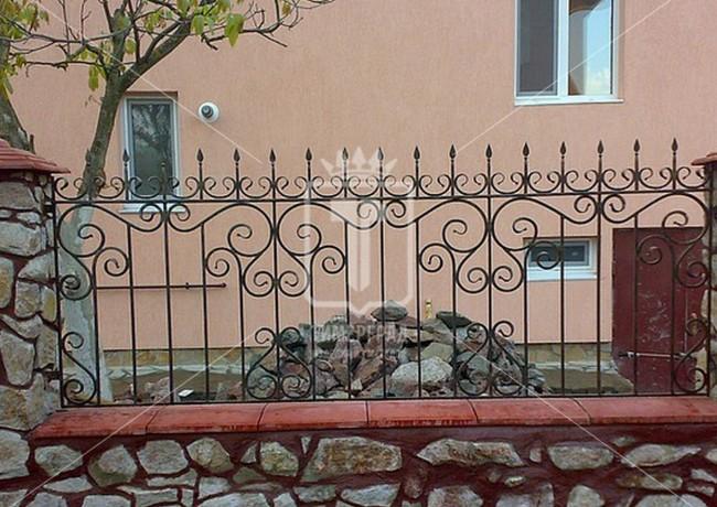 Ажурный забор с каменными столбами (Арт. 024)