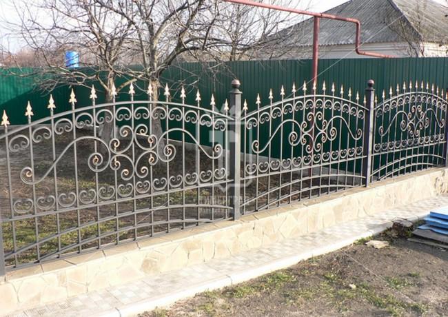 Невысокий забор с золотыми пиками (Арт. 030)