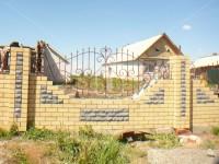 Забор необычной формы на кирпичных платформе и столбах (Арт. 027)
