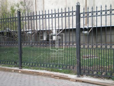 Высокий забор с пиками и кольцами (Арт. 096)