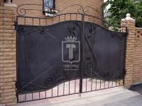 Металлические ворота, закрытые рельефным железным листом (Арт. 051)