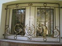 Кованая решетка на окно с золоченными узорами (Арт. 016)