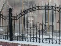 Забор с дугообразным верхом и тонкими пиками (Арт. 043)