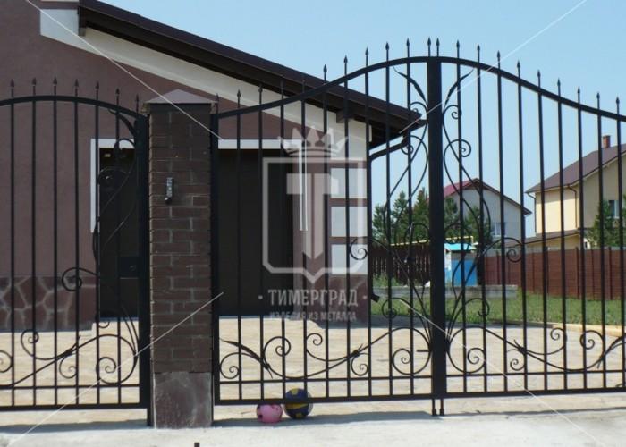 Распашные металлические ворота с узором в виде большого цветка (Арт. 008)