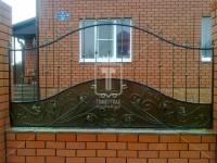 Забор с декоративными вставками и ковкой из рифленного прутка (Арт. 031)