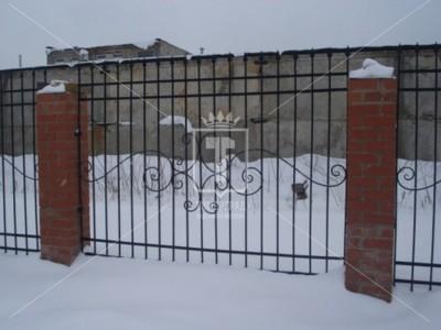 Прозрачный забор, украшенный большими ажурными деталями (Арт. 049)