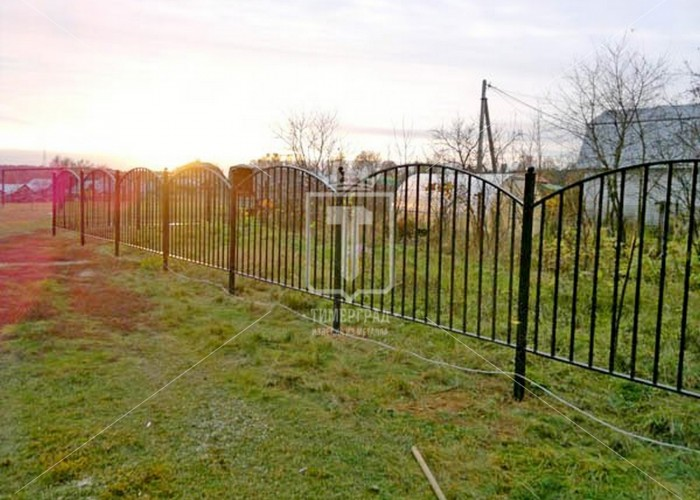 Металлический забор с дугами из профильных труб (Арт. 107)
