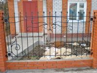 Забор на кирпичных столбах с цветочками по углам (Арт. 004)