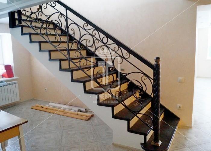 Ажурные лестничные перила с «золочеными» концами элементов (Арт. 008)