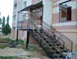 Крыльцо с лестницей, перилами и навесом на высокий первый этаж