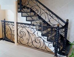 Ажурные кованые лестничные перила на витых столбах в частный дом