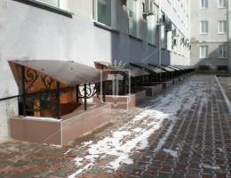Кованые козырьки над оконными приямками цокольного этажа